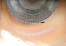 En cirkelsåg på en möblemangfabrik Royaltyfria Foton
