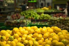 En citrons jaunes mûrs d'un agrume de supermarché image libre de droits