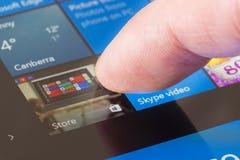 En cliquant sur Windows stockez l'icône dans Windows 10 Images stock