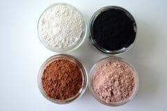 En closeup av kosmetiska leror för detoxframsidamaskeringar - franskan gör grön lera, kaolin, rosa lera, röd lera och pudrat akti royaltyfri bild