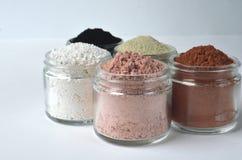 En closeup av kosmetiska leror för detoxframsidamaskeringar - franskan gör grön lera, kaolin, rosa lera, röd lera och pudrat akti fotografering för bildbyråer