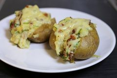 En Closeup av två fyllda potatisar royaltyfria foton