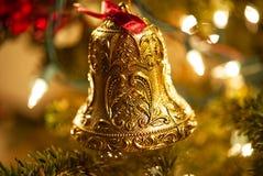 En closeup av en utsmyckad guld- klockajulprydnad arkivbilder