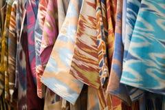 En closeupsikt av ett färgrikt tyg med en traditionell orientalisk prydnad Hand-gjord traditionell torkduk och broderi brigham royaltyfria foton