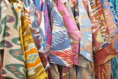 En closeupsikt av ett färgrikt tyg med en traditionell orientalisk prydnad Hand-gjord traditionell torkduk och broderi brigham arkivbild