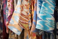 En closeupsikt av ett färgrikt tyg med en traditionell orientalisk prydnad Hand-gjord traditionell torkduk och broderi brigham arkivfoton