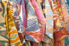 En closeupsikt av ett färgrikt tyg med en traditionell orientalisk prydnad Hand-gjord traditionell torkduk och broderi brigham fotografering för bildbyråer