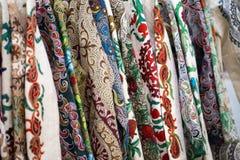 En closeupsikt av ett färgrikt tyg med en traditionell orientalisk prydnad Hand-gjord traditionell torkduk och broderi brigham royaltyfri fotografi