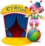 En clown upptill av en bandboll Royaltyfri Bild