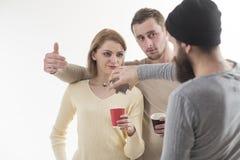 En coñac hay poder Adicción al alcohol y hábitos de consumición Los mejores amigos celebran con las bebidas alcohólicas bastante imagenes de archivo