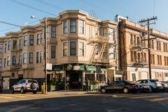 En coffee shop på ett hörn av Lombard Street i San Francisco, Kalifornien, Spanien royaltyfria bilder