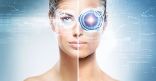 En collage av en kvinnlig cyborg på en technobakgrund Royaltyfri Foto