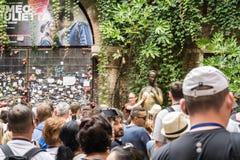 En collage av foto av brons statyn av Juliet och grupp människor runt om den 12 8 2017 Italien Verona royaltyfri bild