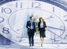 En collage av tidbegreppet och en koppla ihop av affärspersoner arkivfoto