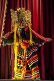 En colourfully kostymerad maskeringsdansare utför på den Esala Perahara teatershowen i Kandy, Sri Lanka Arkivfoto