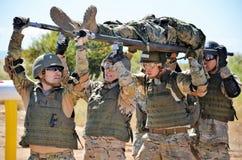 En Combate C4 d'EL Curso de Cuidado De Heridos de durante de Camillaje Photos stock