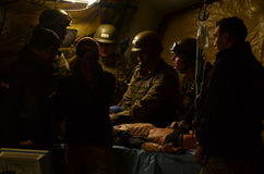 En Combate för el Curso de Cuidado de Heridos för durante för Escenario de Simulacià ³ n ClÃnica Arkivfoton