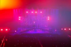 En concierto de rock. Demostración ligera. Foto de archivo