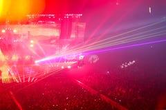 En concierto de rock. Demostración ligera. Imagen de archivo