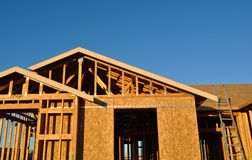 En construction à la maison neuf avec l'échelle Photos libres de droits