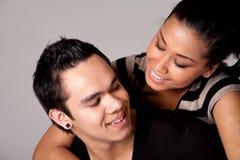 en contrôlant l'amoureux indonésien mon souriez à l'extérieur Photo stock