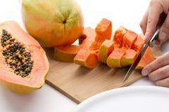 En coupant une papaye divisez dans six tranches Image libre de droits