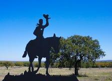 En cowboy och en häst på ett staket på en lantgård i Texas royaltyfri bild