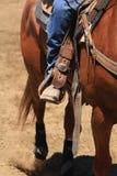 En cowboy som rider en häst Fotografering för Bildbyråer