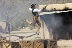 En cowboy Stuntman Performs på gamla Tucson Arkivbild