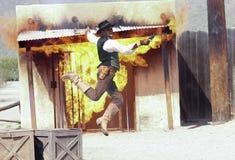 En cowboy Stuntman Performs på gamla Tucson Royaltyfria Bilder