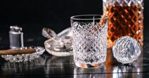 En crystal whiskytorktumlare och karaff med cigarren Arkivfoton