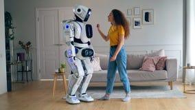 En cyborg dansar, når han har fått kramad av en dam lager videofilmer