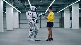 En cyborg regleras av en dam med en minnestavla arkivfilmer