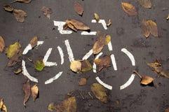 En cykel är på asfalten Fotografering för Bildbyråer