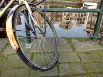 En cykel i Amsterdam Royaltyfri Fotografi
