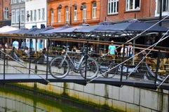 En cykel på bron i den Århus staden Arkivbilder