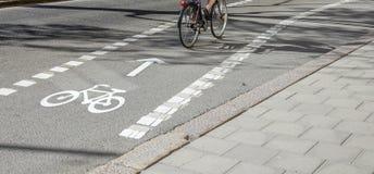 En cykel på en cykelbana royaltyfria bilder