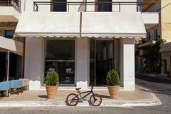 En cykel parkerade på en gata i gammal europeisk town Arkivbilder