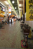 En cykel parkerades i en shoppinggalleria (Japan) arkivfoto