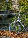 En cykel som parkerar i mitten av herren, Belgien arkivbild