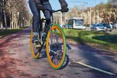 En cyklist i staden fortskrider en cykelbana Eco-vänskapsmatch funktionsläge av transport Fotografering för Bildbyråer