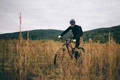 En cyklist i svart Arkivbilder