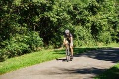 En cyklist på greja Creek Greenway Royaltyfri Fotografi