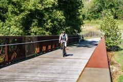 En cyklist på greja Creek Greenway Arkivbilder