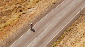 En cyklist som cyklar på vägen lager videofilmer