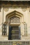 En dörr av en av gravvalvet som lokaliseras i det skaftGumbaz komplexet, Gulbarga, Karnataka arkivfoton