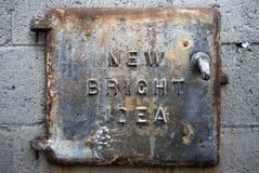 En dörr för järnkollucka på en tegelstenyttersida fotografering för bildbyråer
