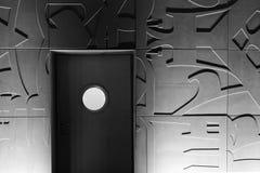En dörr med det runda fönstret Arkivfoto