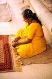 En dam avslutade en matta vid handen india jaipur Arkivfoto