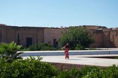 En dam i en forntida marockansk borggård royaltyfri fotografi
